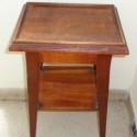Mesa con estante de madera